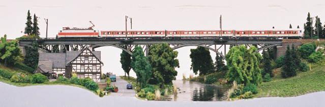 Das Naaletal mit der Eisenbahnbrücke über Fluss und Straße.