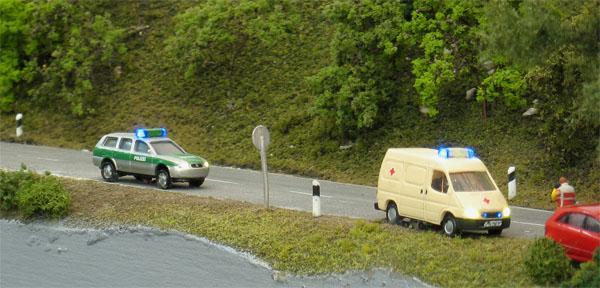 Polizei- und Krankenwagen mit Einsatzbeleuchtung